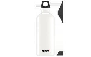 SIGG Travaller 0,6 Liter <br> Zuzahlung 0,00 &euro; <br> Erfrischende Momente genießen mit den SIGG-Alu-Flaschen inklusive Drehverschluss und angenehmer Trinköffnung. Mit der praktischen Trinkschlaufe, die man beispielsweise an einem Karabiner anhängen kann, ist sie unterwegs stets griffbereit. Aus hochwertigem Aluminium in einem Stück gefertigt, dadurch leicht und stabil. 100% dicht, auch bei kohlensäurehaltigen Getränken. Die hochelastische EcoCare Innenbeschichtung ist resistent gegen Säure, geschmacksneutral und frei von BPA, sowie Phthalaten. <br>Farbe: weiß <br>Größe: 0,6 Liter, <br>Gewicht 114 g.g.
